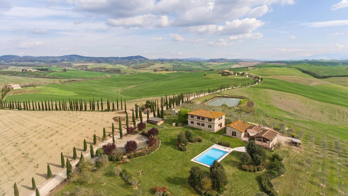 Rolling Hills Italy - Holiday-farm for sale near Siena.