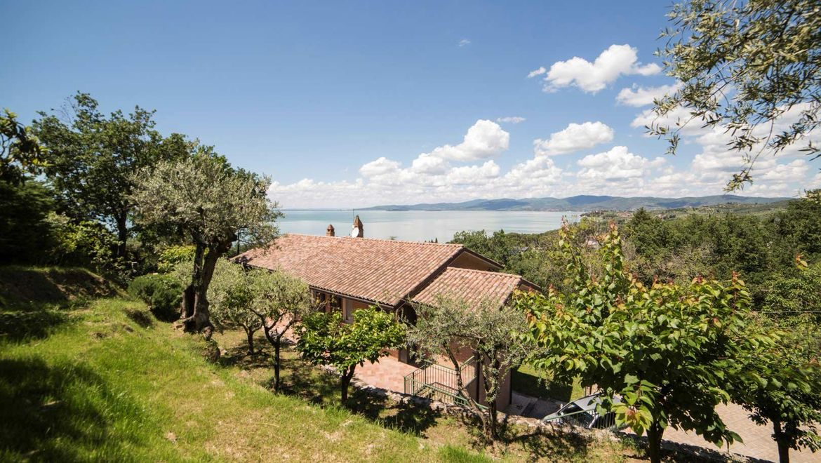 Rolling Hills Italy - Villa with Trasimeno lake's view in Umbria.