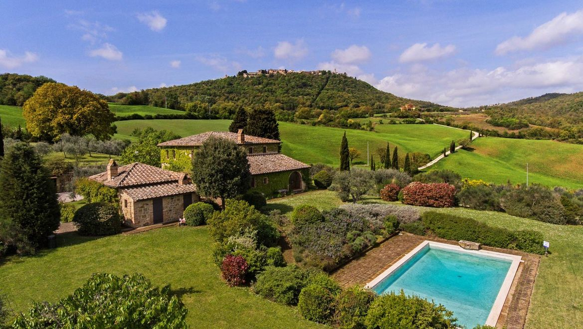 Rolling Hills Italy - For sale lovely farmhouse close to Pienza, Tuscany.