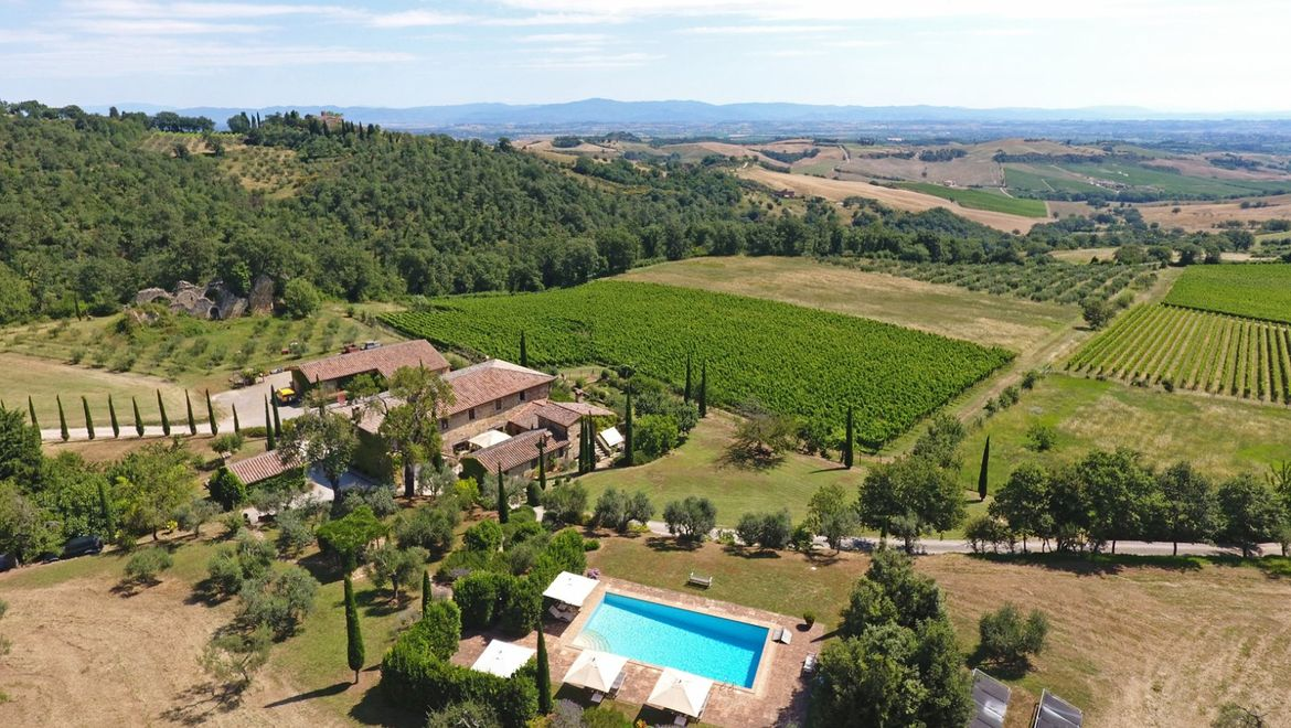 Rolling Hills Italy - For sale farm in Montefollonico, Siena.