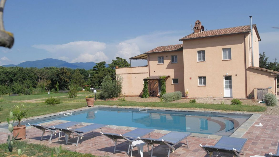 Rolling Hills Italy - For sale charming farmhouse close to Cortona.