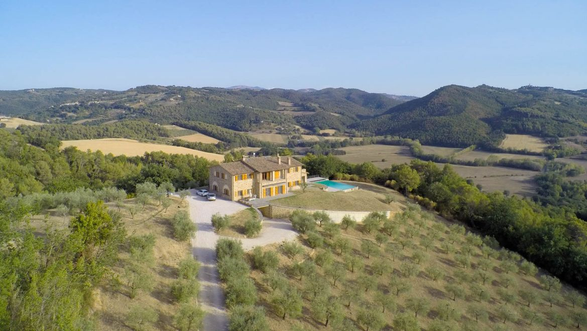 Rolling Hills Italy - Wonderful villa with infinity swimming pool in Todi, Umbria.